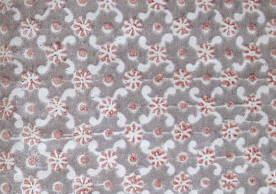 Papier dominoté. Damier en losange, composé d'un motif floral et d'un point rouges. Fond gris sur papier blanc