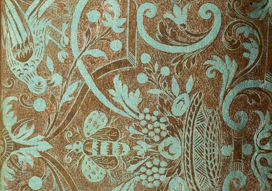Papier dominoté doré, gaufré. Sur un papier vert d'eau composition symétrique. Oiseaux posés sur des entrelacs de rubans, diverses fleurs, rinceaux, abeilles en vol au dessus d'une corbeille de fruits.